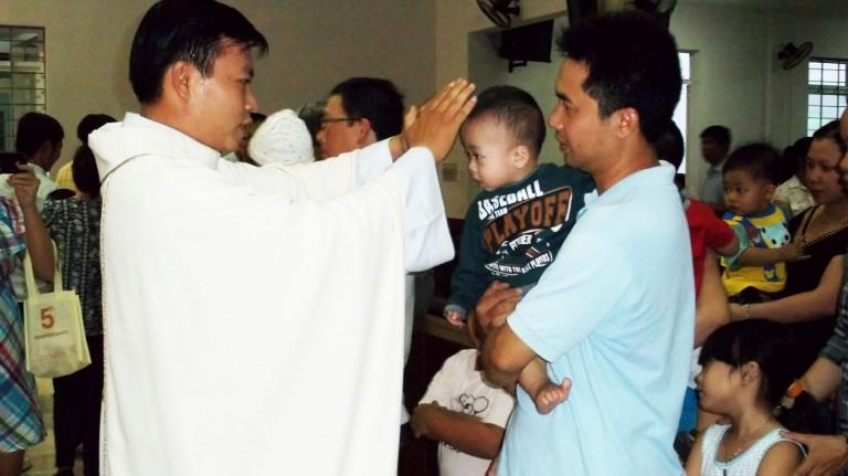 Có cách nào để trẻ nhỏ ngoan ngoãn tham dự thánh lễ?